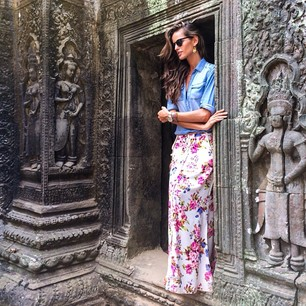 @iza_goulart In love with all the temples in Siem Reap City !! Getting to see Ta Prohm temple has always been a big desire of mine!! I'm so grateful to be here now!! Estou apaixonada pelos templos na cidade de Siem Reap!! Conhecer o templo Ta Prohm s