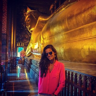 @iza_goulart Temple of the reclining Buddha Wat Pho. This Buddha is 150 ft long and 49 ft high it is the largest Buddha image in Thailand. No templo do Buda reclinado Wat Pho. Este Buda mede 46 metros de comprimento e 15 m de altura é a maior imagem de u