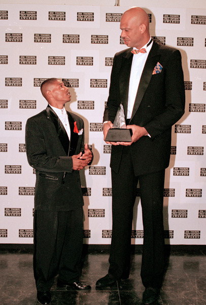 Muggsy Bogues and Kareem Abdul Jabbar :: AP