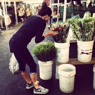 @iamjessicagomes Farmers market in @workoutlife gear. #gomesfit