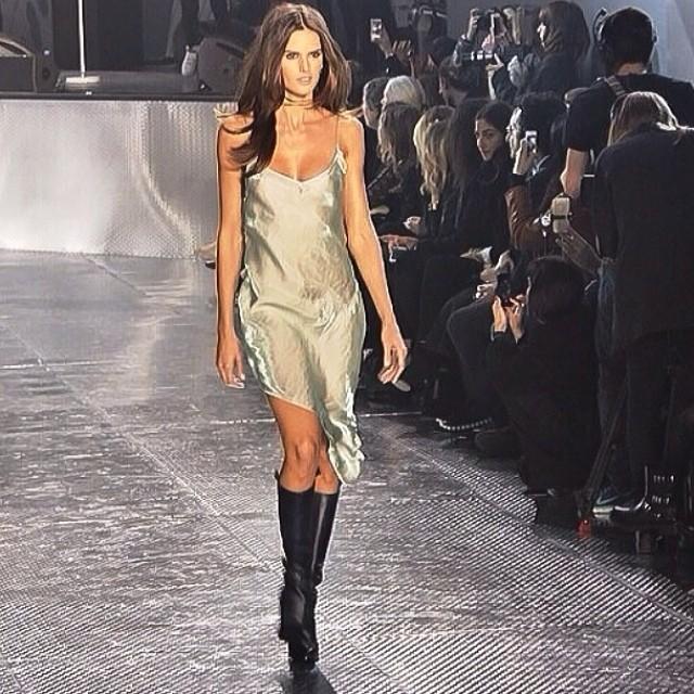 @iza_goulart: Last night on the runway for H&M Paris Fashion Show A/W 2014 Ontem na passarela para o desfile da H&M na semana de moda Parisiense ! @hm #pfw#runway #fashion #cool #moda #showtime