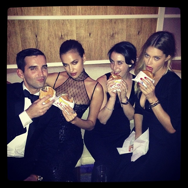@irinashayk: @ryan_mbrown @doutzen @ablowell in n out burger moment at @vanityfair #oscars