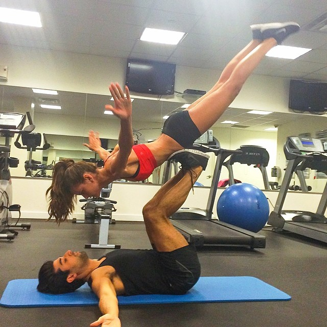 @iza_goulart: Hello NYC!! #sundayfunday at the gym with my BFF @rodrigocosta Olá Nova Iorque!! Malhando com meu BFF!! Hora do equilíbrio!! #BodyByIza #nyc#friends #workout #core #balance #equilíbrio #forca #motivation #lifestyle#healthy #happy #fun