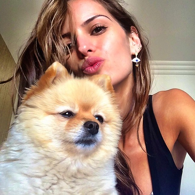 @iza_goulart: Home sweet home... Day off!!Spending quality time with Harlow is the best!! Kisses!! Lar doce Lar... Dia off aproveito assim.. Tarde delicia ao lado dela!! Beijos!#harlow #homesweethome #qualitytime #relaxing #diaperfeito #ilovemydog