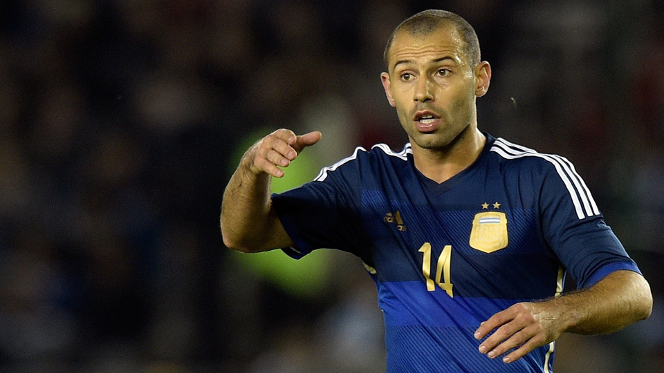 Argentina's Javier Mascherano has signed a contract extension with Barcelona through 2018.