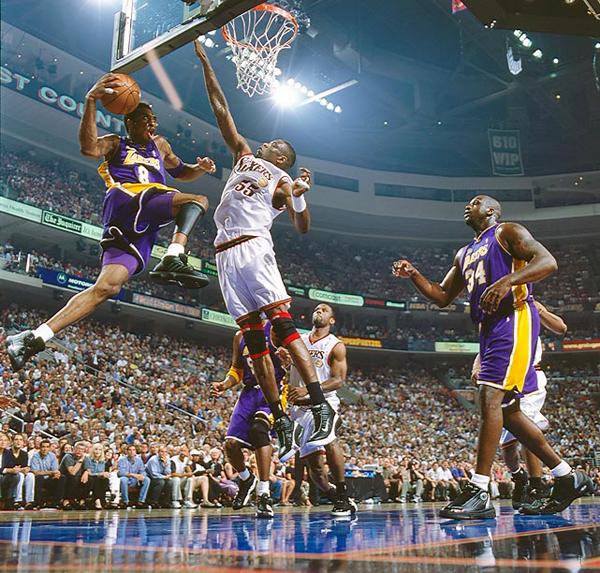 Kobe Bryant and Dikembe Mutombo, 2001 :: Manny Millan/SI