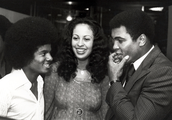Jackson speaks with Muhammad Ali and wife Veronica in Aug. 1977. (Getty Images)