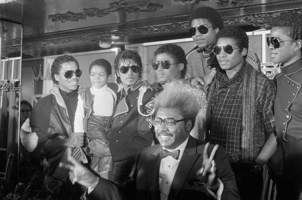 Don King announces a tour of the Jackson Five  in 1983 as Michael holds up Emmanuel Lewis. (Corbis)