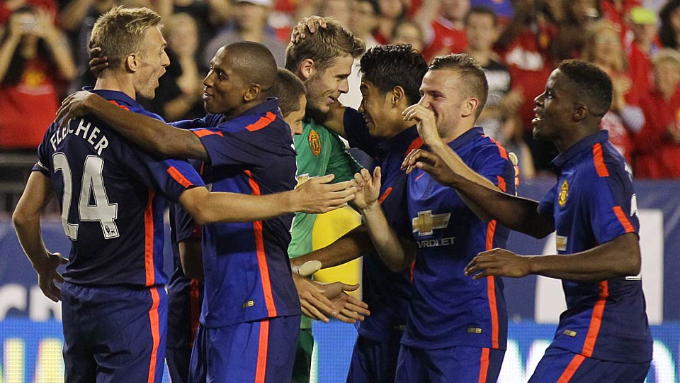 Manchester United's Darren Fletcher (24) celebrates with teammates after scoring the game-winning penalty vs. Inter Milan