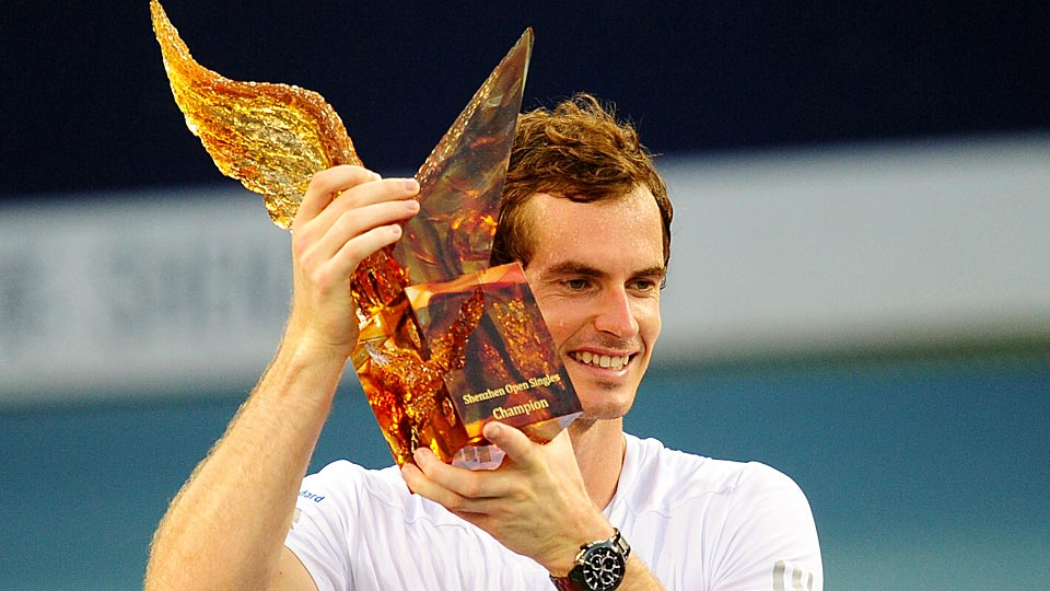 Andy Murray came from behind to defeat Tommy Robredo and win the Shenzhen Open, his first title in 15 months.
