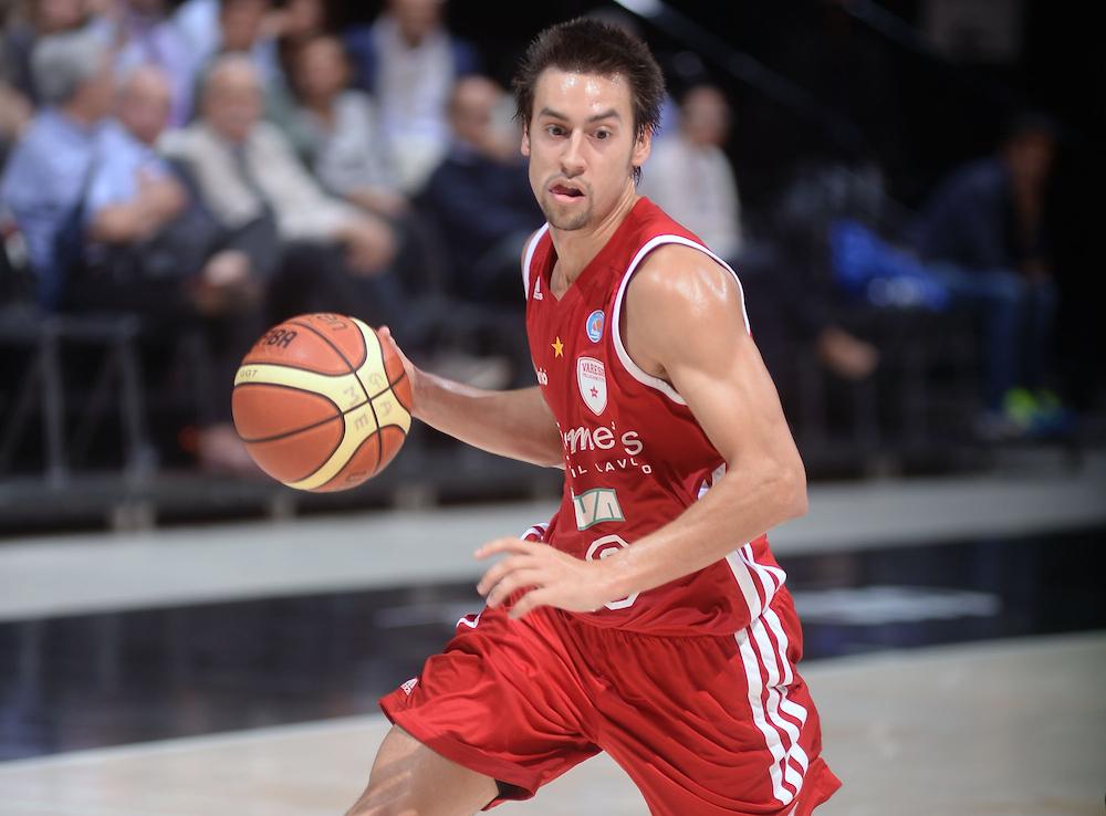 Marshall Henderson playing for Italian team Openjobmetis Varese in October 2014.