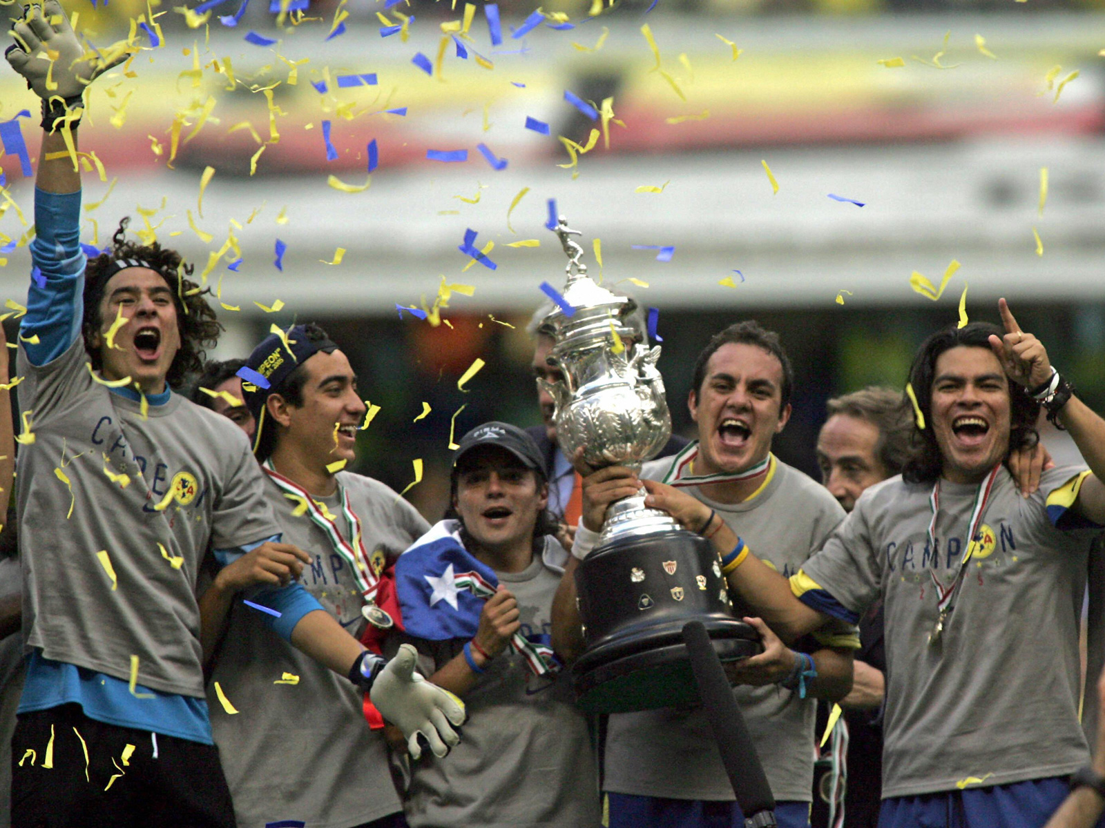 Blanco lifts the trophy after America wins the 2005 Mexican Clausura championship.