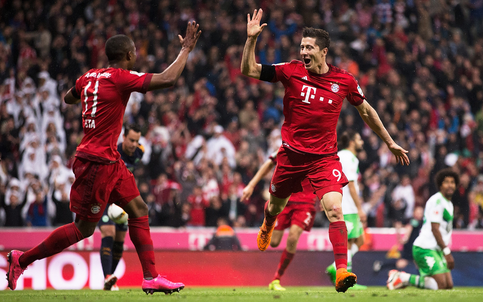 Robert Lewandowski holds up all five fingers–one for each goal he scored in a nine-minute span in a memorable 5-1 win over Bundesliga foe Wolfsburg.