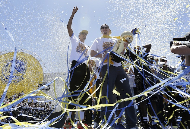 Stephen Curry (l) and Klay Thompson (r) celebrate the Golden State Warriors' NBA championship.