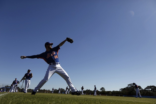 New York Mets relief pitcher Vic Black warms up at spring training in 2014.