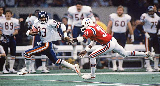 Bears wideout Willie Gault tries to elude Patriots cornerback in Super Bowl XX.