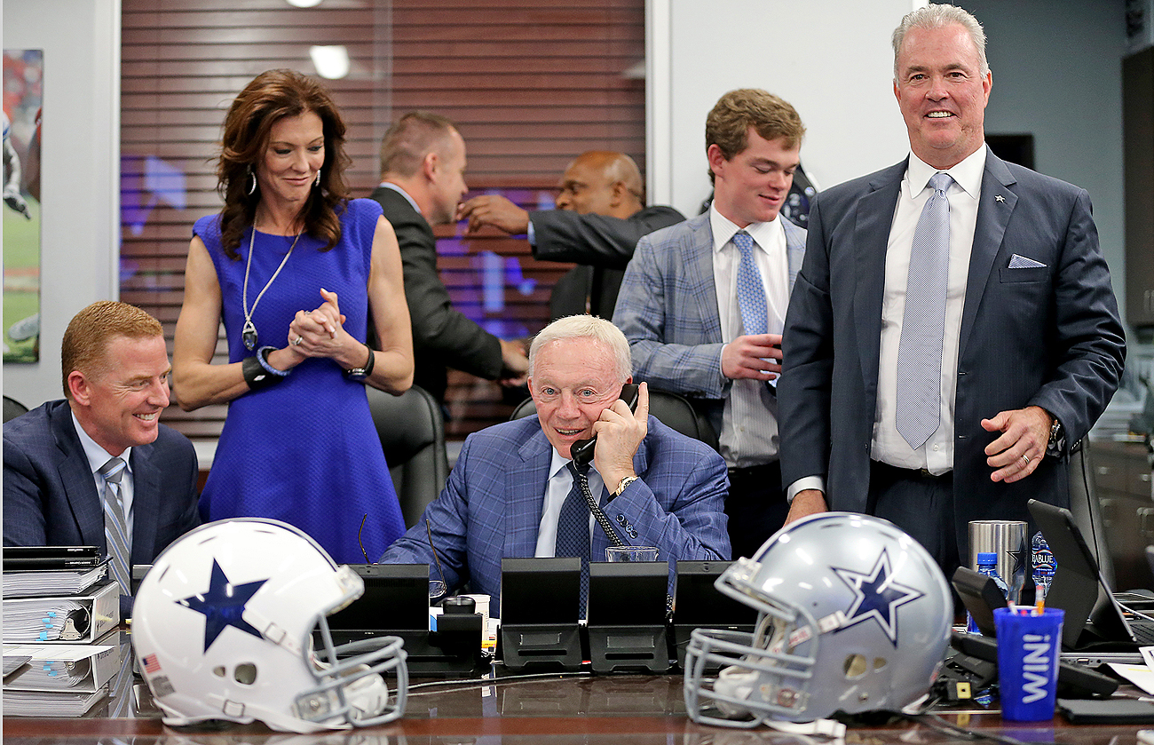 Flanked By Coach Jason Garrett And Vice Presidents Charlotte Anderson Stephen Jones Cowboys Owner