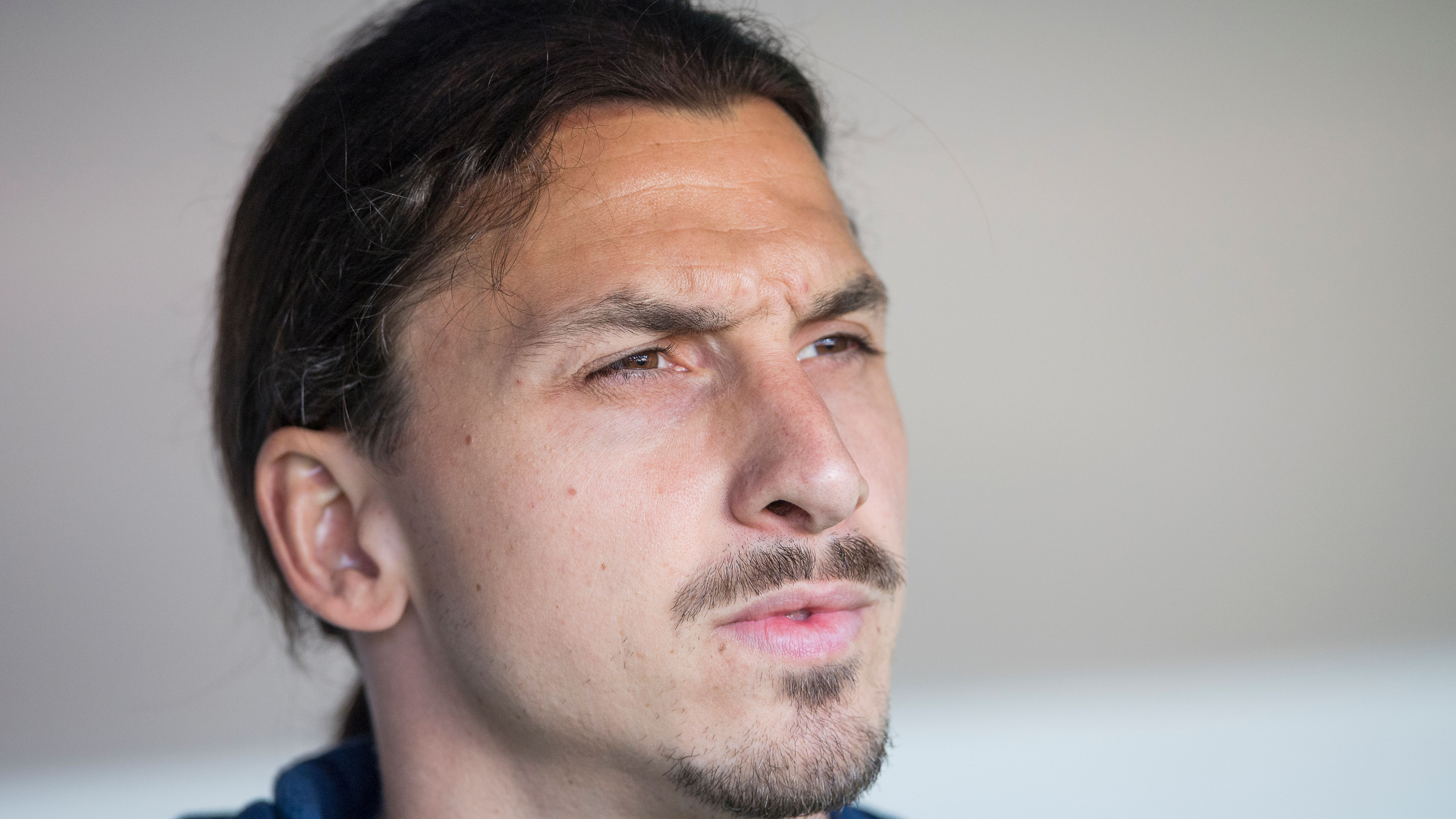zlatan-signs-manchester-united-contract-deal
