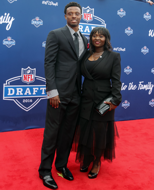 Eli Apple and his mom, Annie, at the 2016 NFL draft.