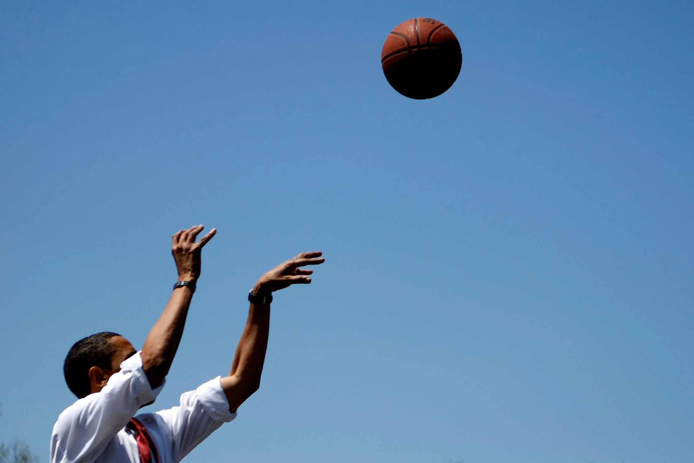 Barack Obama holding his follow through during a campaign break in 2008.