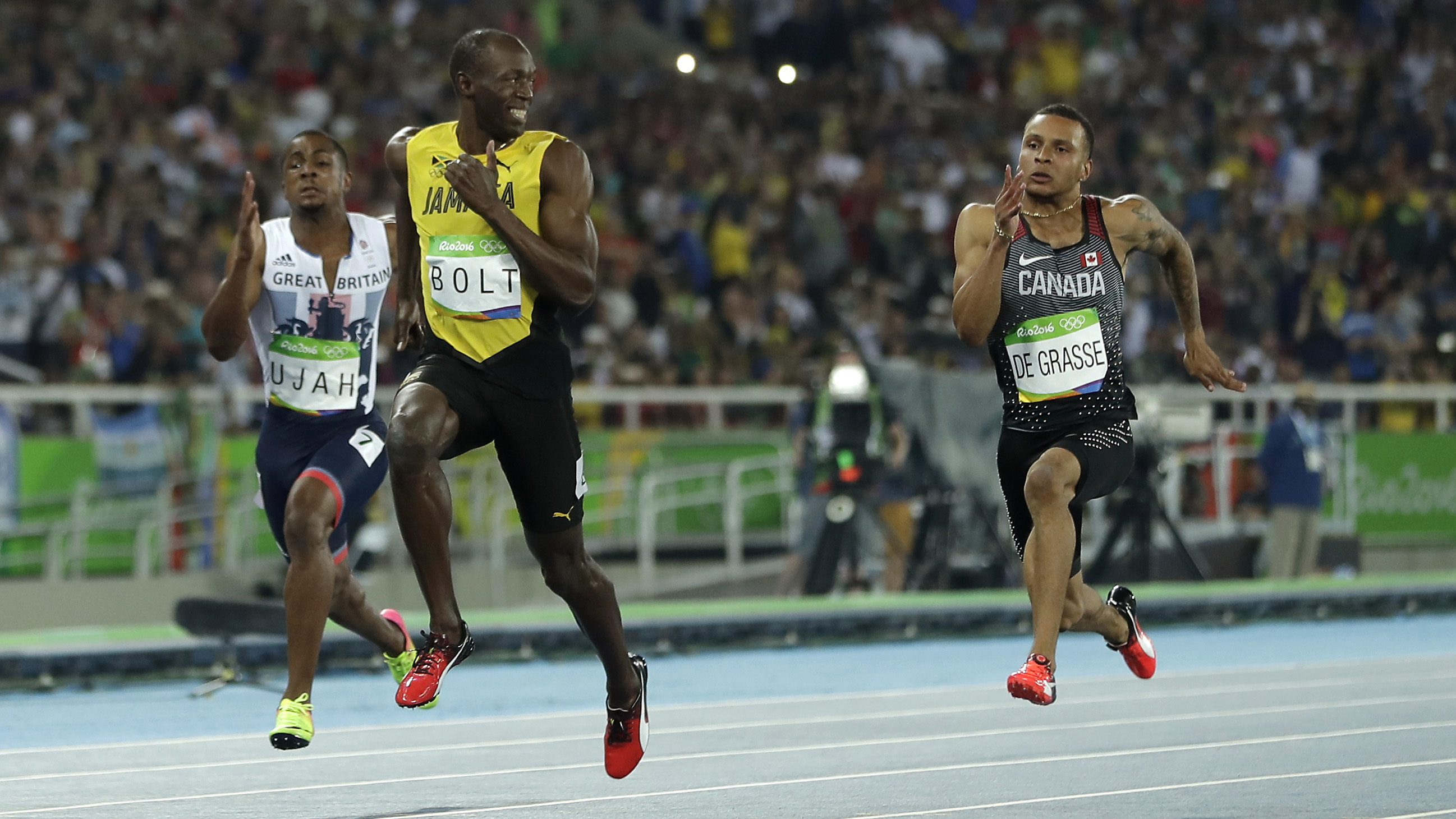 Usain Bolt Smiles While Running 100 Meters Photos