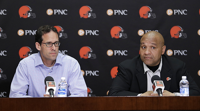 Paul DePodesta (l.), the Browns' chief strategy officer, and Hue Jackson.