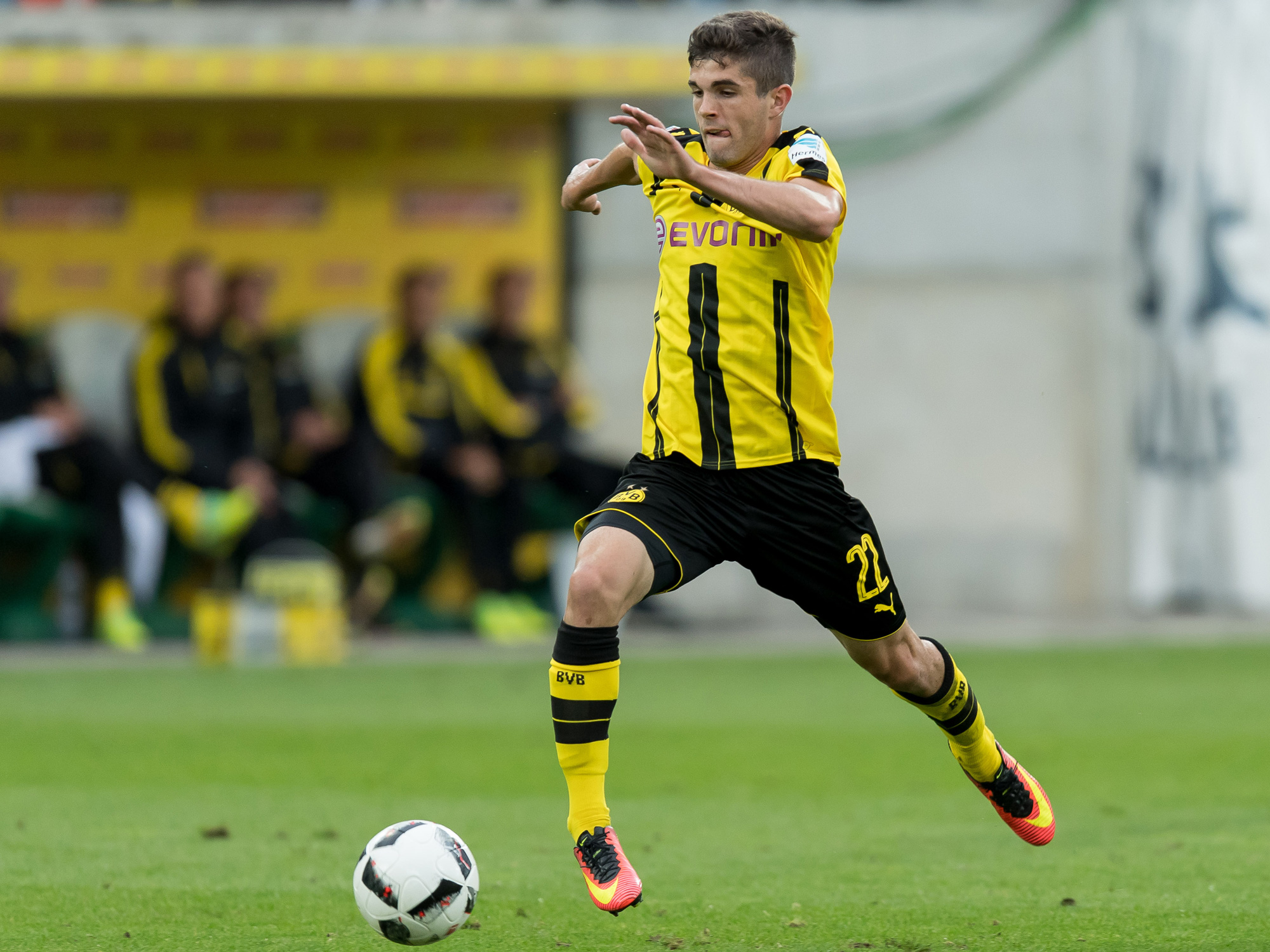 Christian Pulisic coasts down the field for Borussia Dortmund
