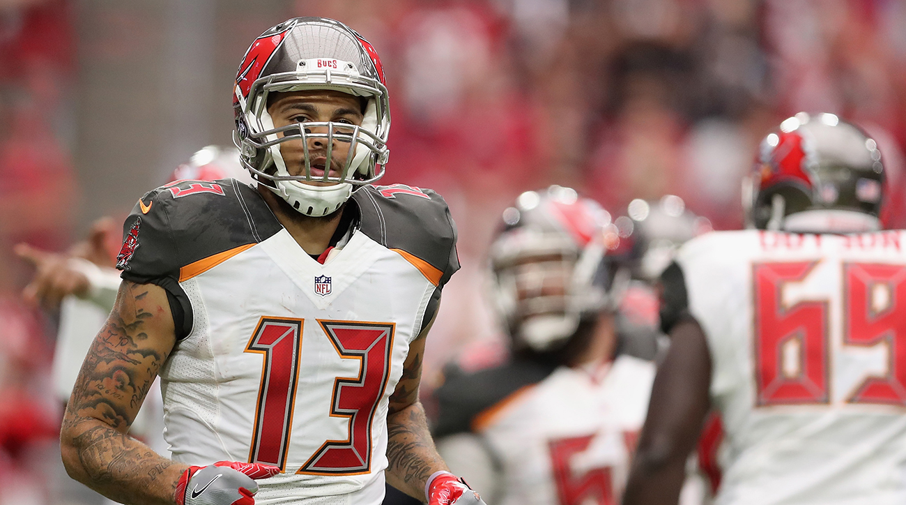 Mike Evans protests Donald Trump by kneeling for national anthem