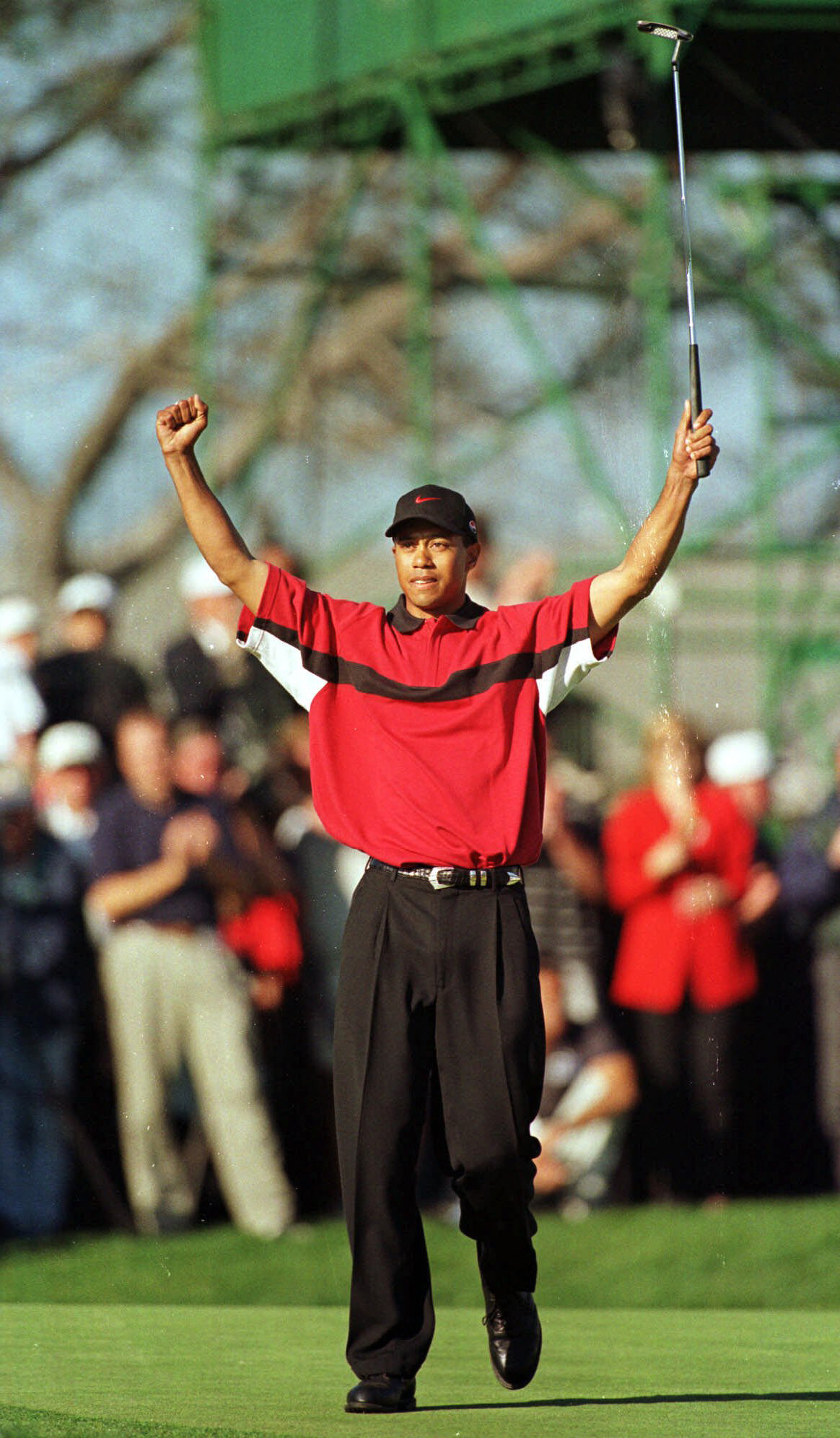 Tiger Woods sunk a 15-foot eagle putt on the par-5 18th to win the 1999 Buick Invitational.