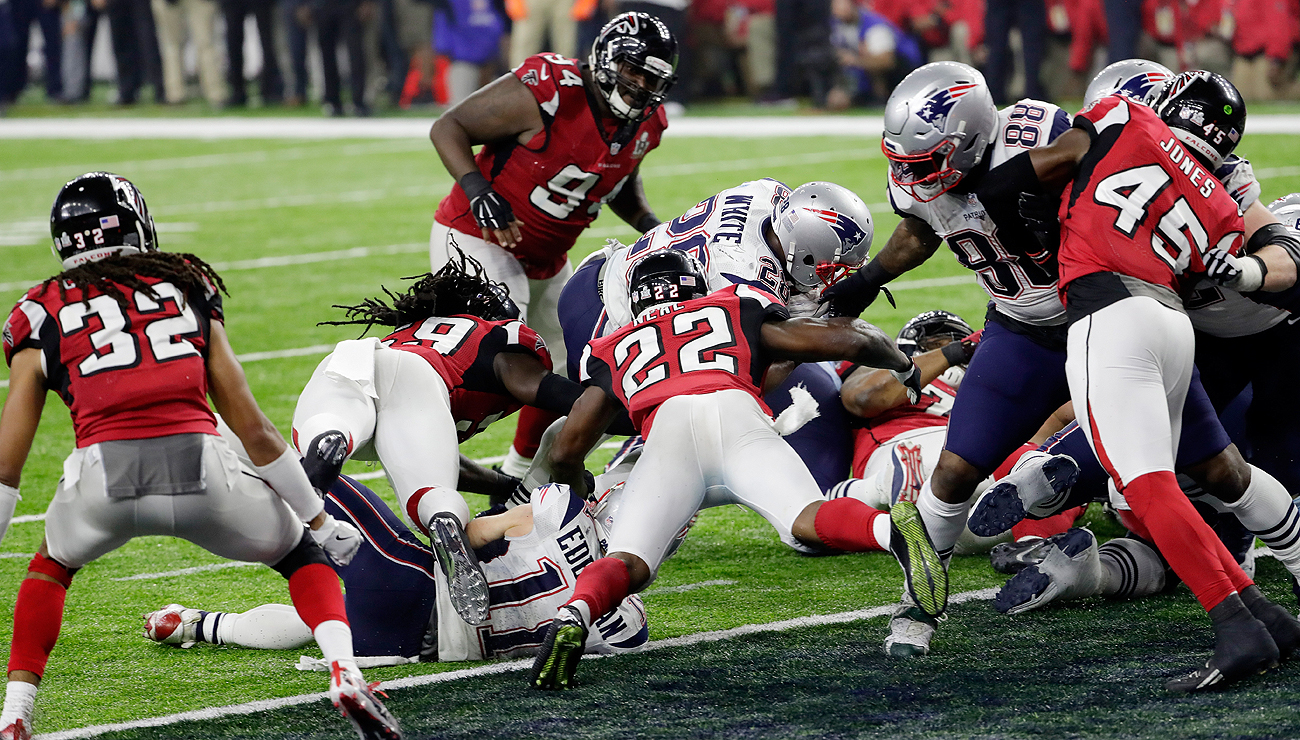 James White's 1-yard plunge brought the Patriots within two in the final minute of the fourth quarter.