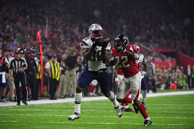 Martellus Bennett makes a catch against tight coverage in Super Bowl 51.