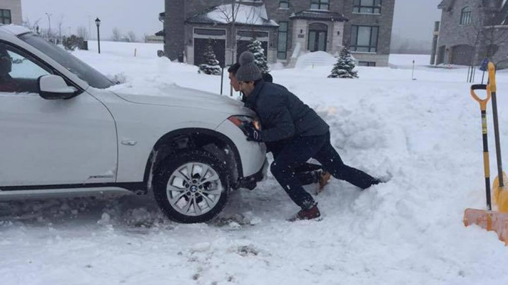 Canadiens' Max Pacioretty helps Montreal driver in snow