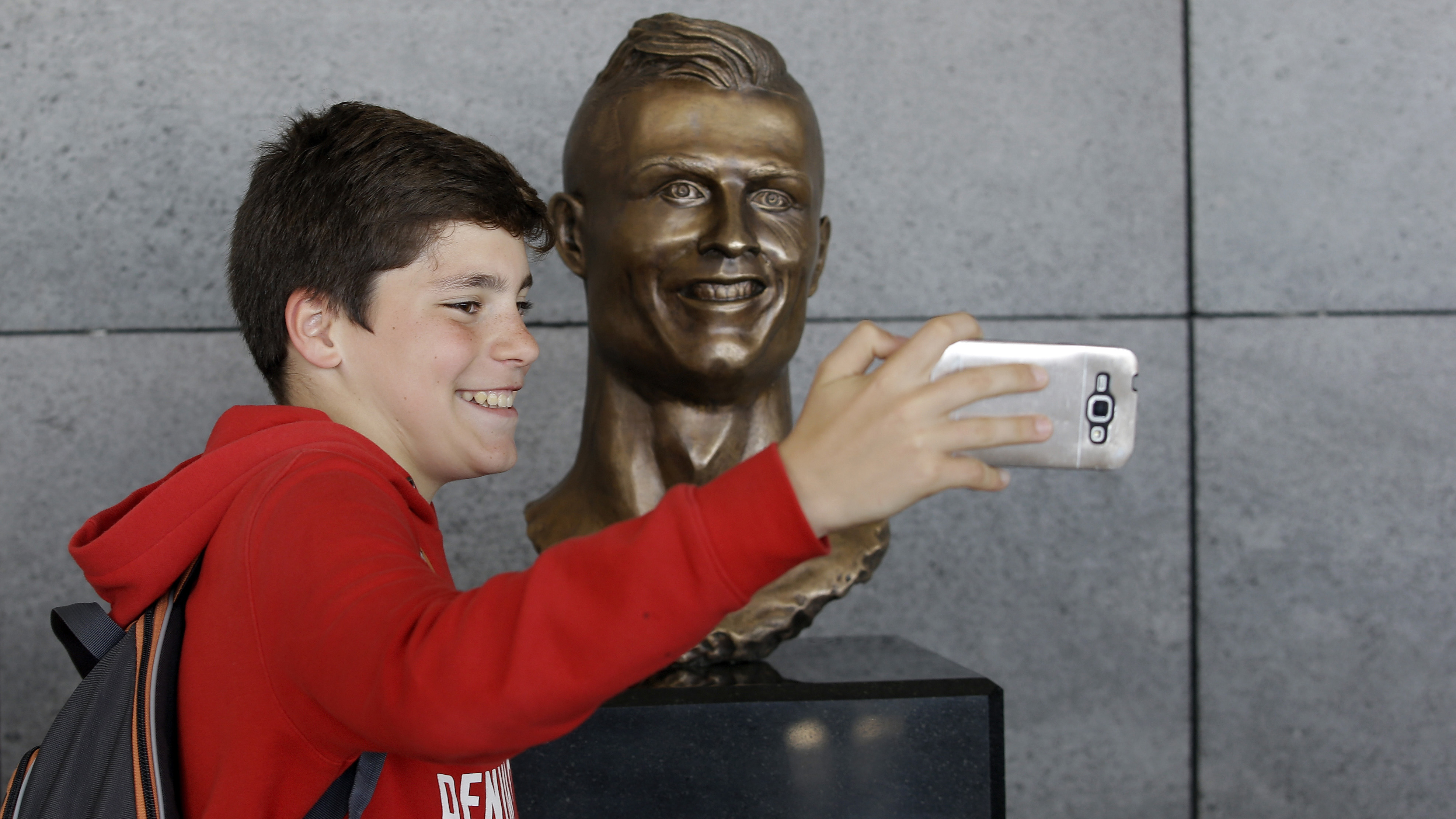 Cristiano Ronaldo: Statue at Madeira airport (photos)