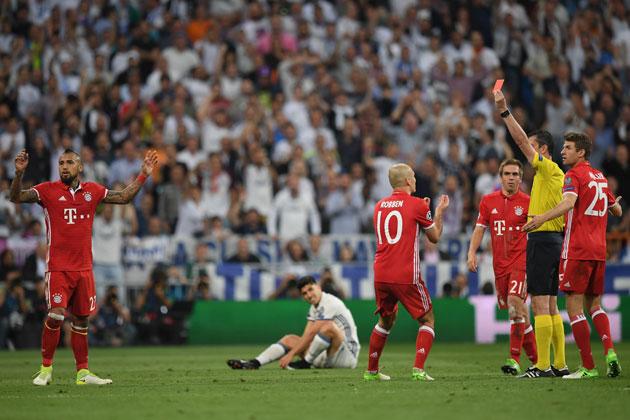 Viktor Kassai shows Arturo Vidal a red card in Bayern Munich's Champions League match vs. Real Madrid