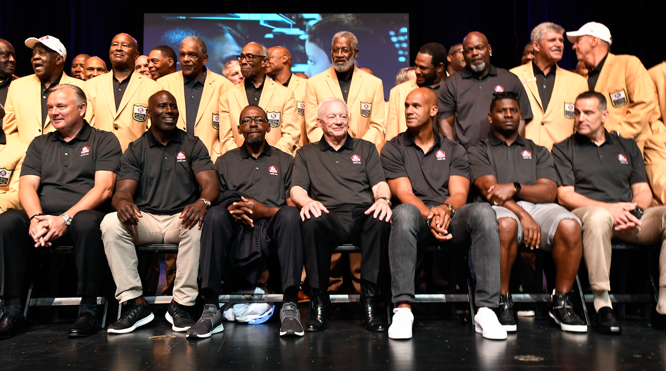 The 2017 Pro Football Hall of Fame inductees pose for a group photo with former inductees.