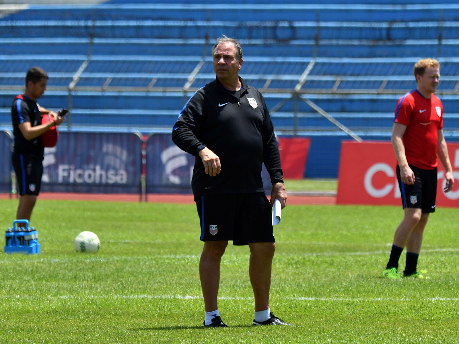 Bruce Arena leads USMNT's training session in Honduras