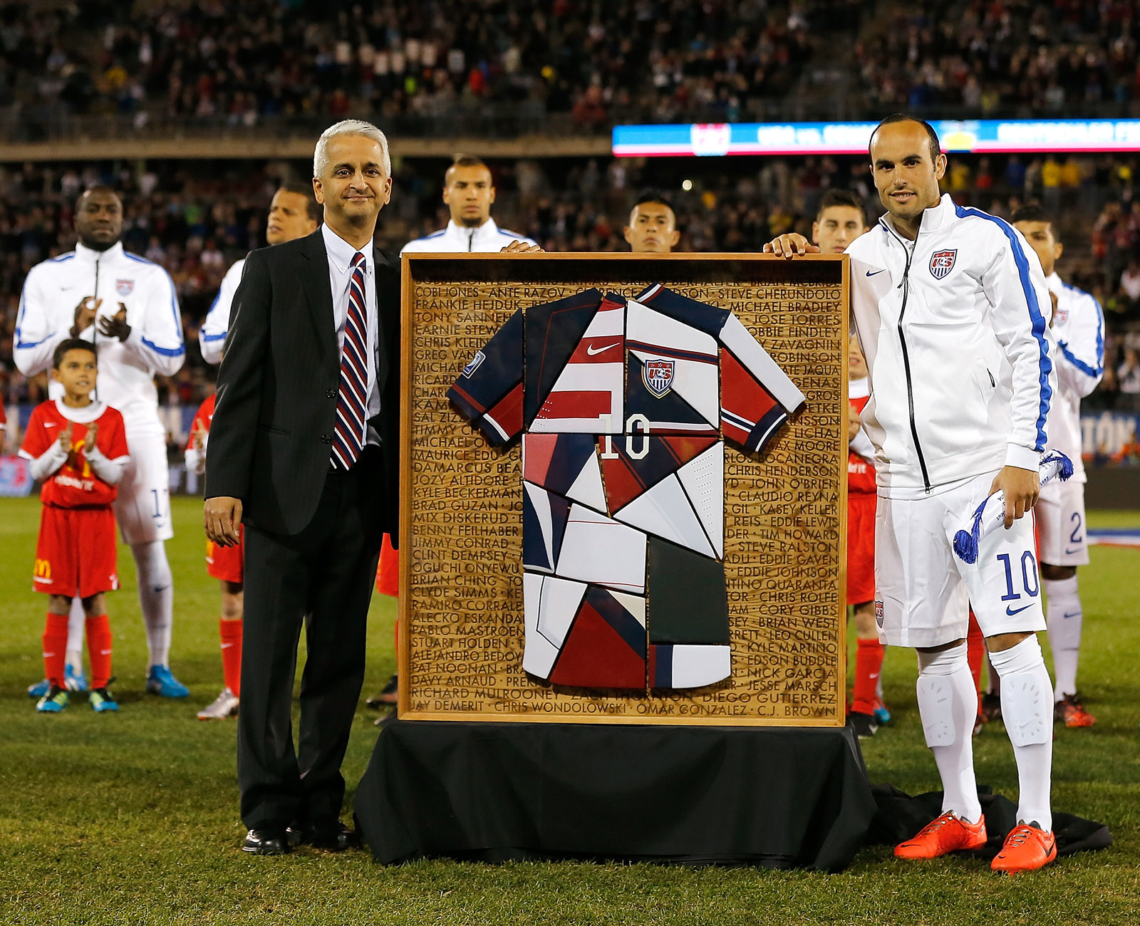 Landon Donovan and Sunil Gulati pose before the star's final game in a U.S. uniform