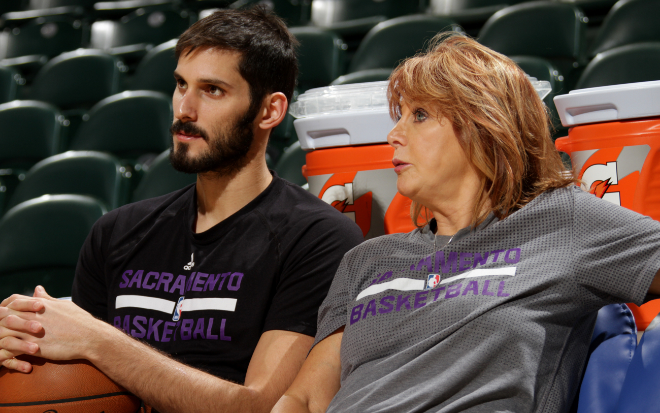 INDIANAPOLIS, IN - DECEMBER 23:  Assistant Coach Nancy Lieberman of the Sacramento Kings talks with Omri Casspi #18 of the Sacramento Kings before the game against the Indiana Pacers on December 23, 2015 at Bankers Life Fieldhouse in Indianapolis, Indiana. NOTE TO USER: User expressly acknowledges and agrees that, by downloading and or using this Photograph, user is consenting to the terms and conditions of the Getty Images License Agreement. Mandatory Copyright Notice: Copyright 2015 NBAE (Photo by Ron Hoskins/NBAE via Getty Images)