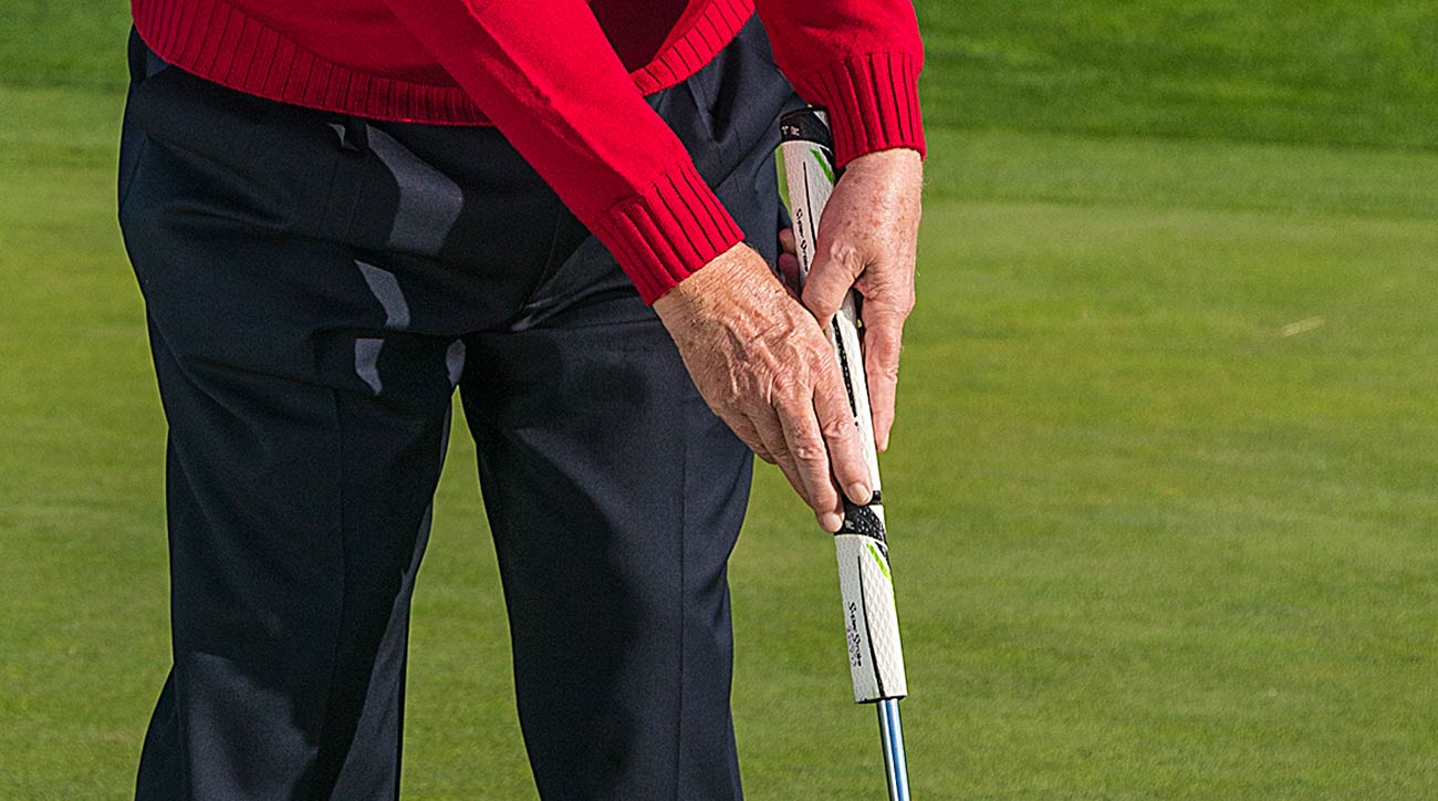 Dave Pelz demonstrates he saw putting grip.