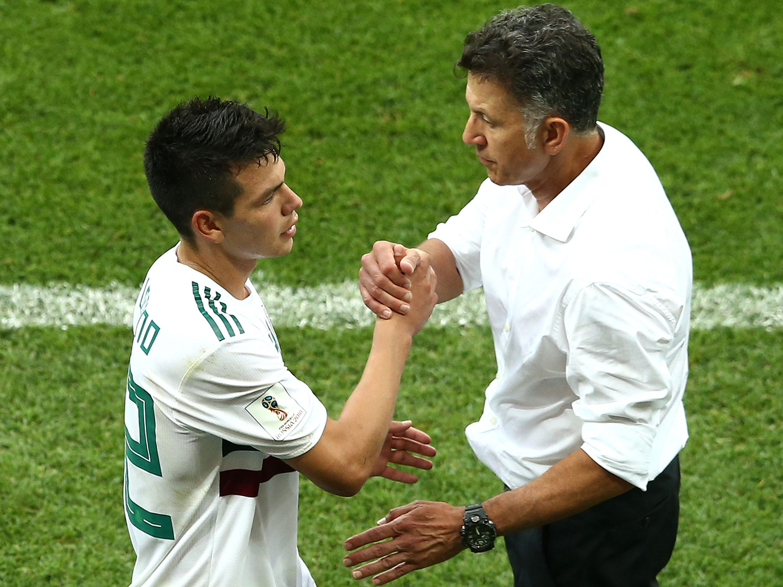 Mexico manager Juan Carlos Osorio talks to Hirving Lozano during a World Cup win over South Korea
