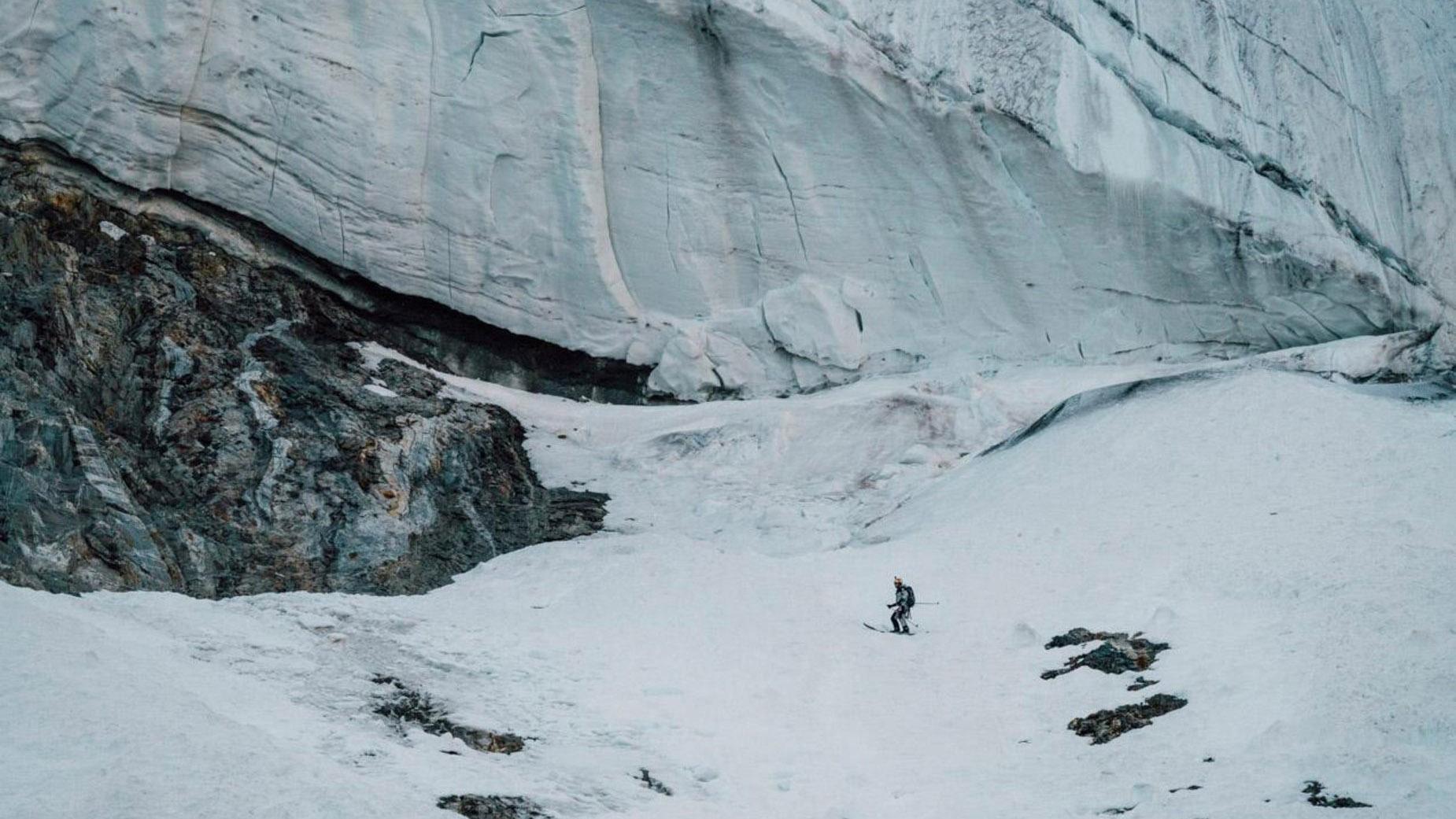 Andrzej Bargiel skis down K2 mountain (video)