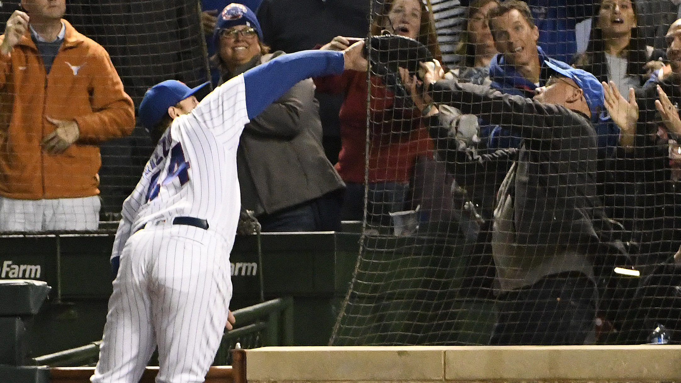 Cubs vs Pirates: Fan interferes with Anthony Rizzo (video)