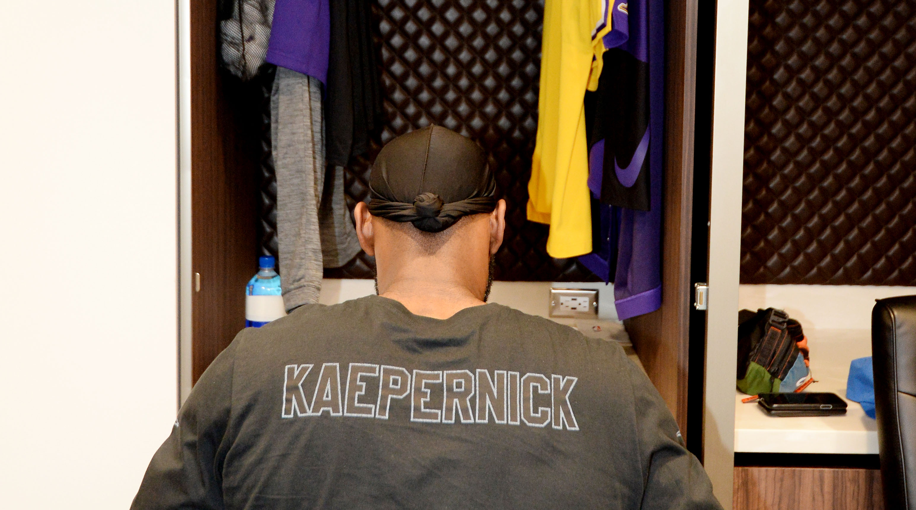 3259fb3498af LeBron James wears Colin Kaepernick Nike shirt to Lakers game   SI.com