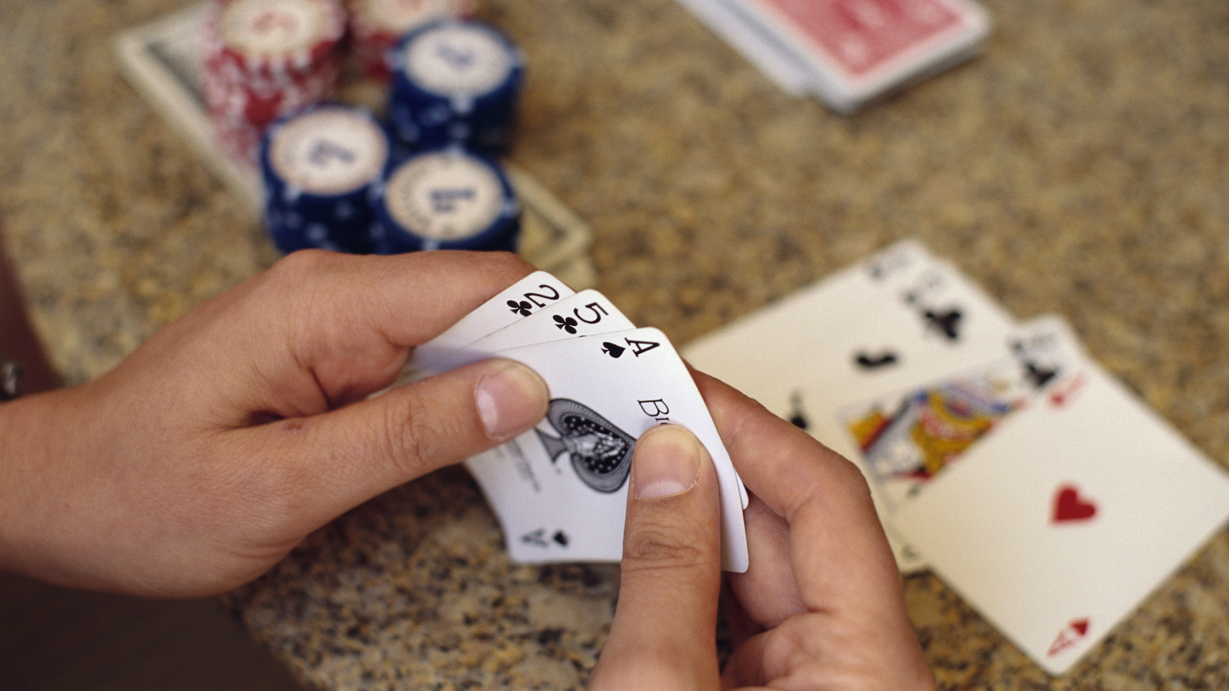 Poker player staying in dark bathroom for 30 days for $100,000 bet
