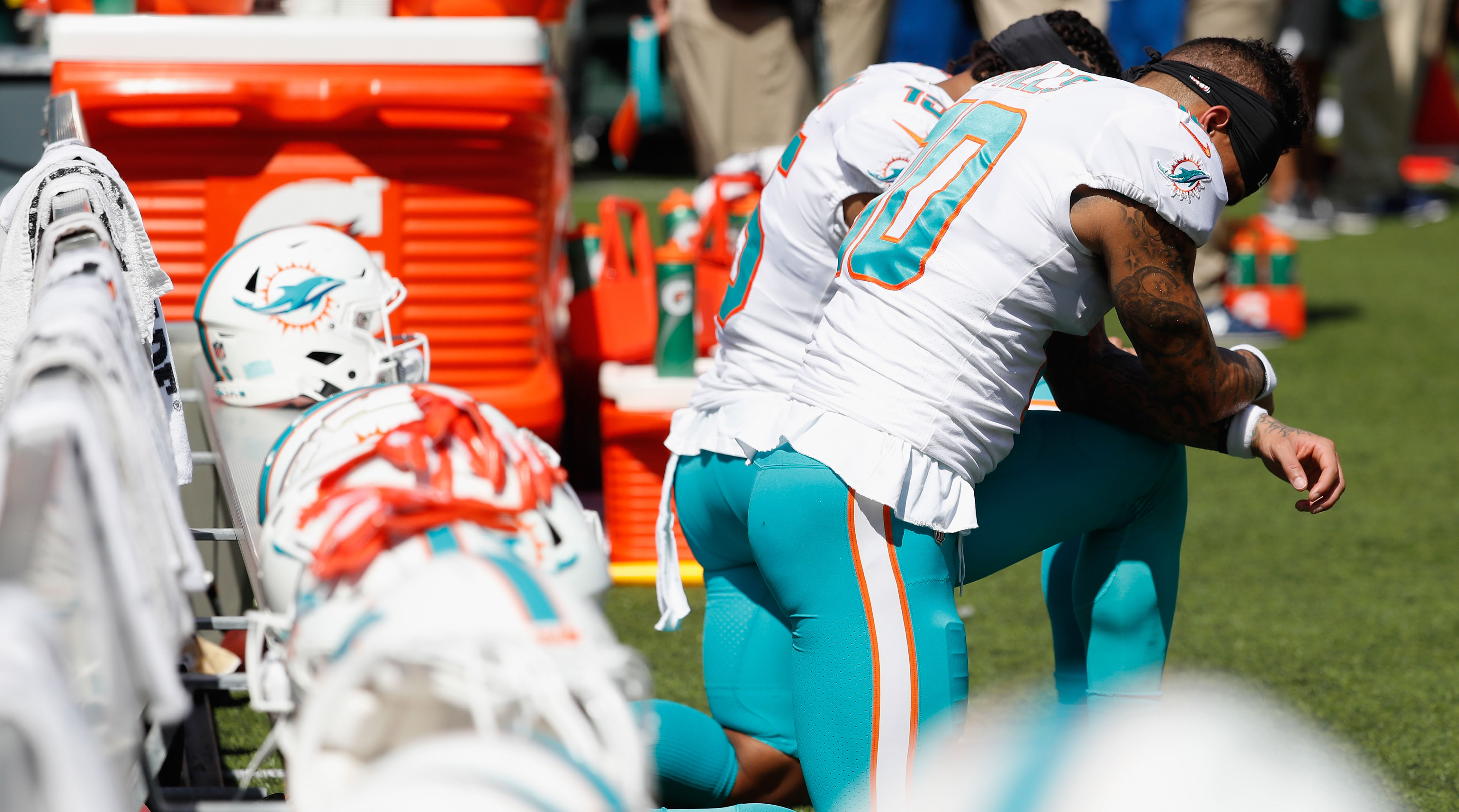 Players protesting during national anthem in Week 15