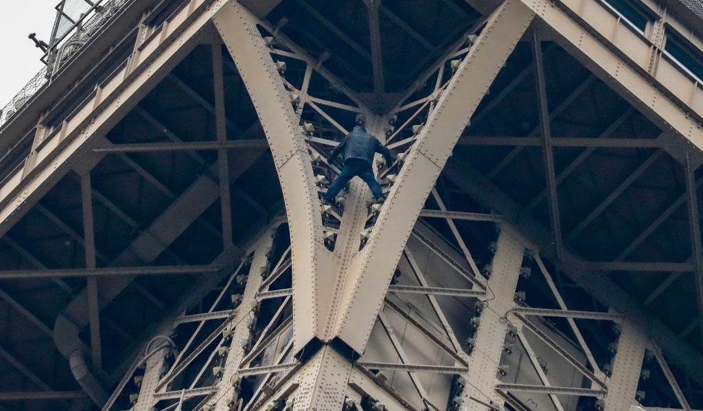 eiffel tower climber evacuated