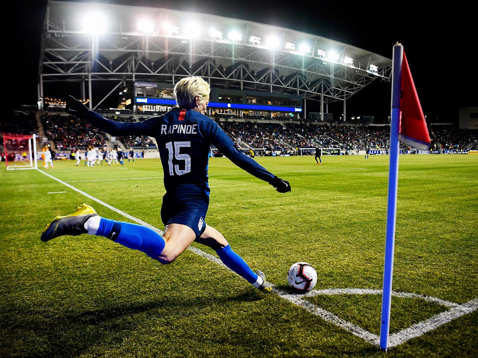 Megan Rapinoe takes the USA's corner kicks