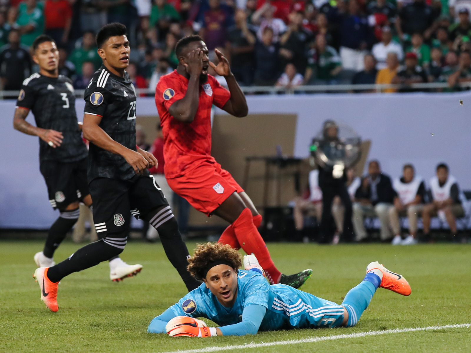 Jozy Altidore misses a great chance in the USA's loss to Mexico