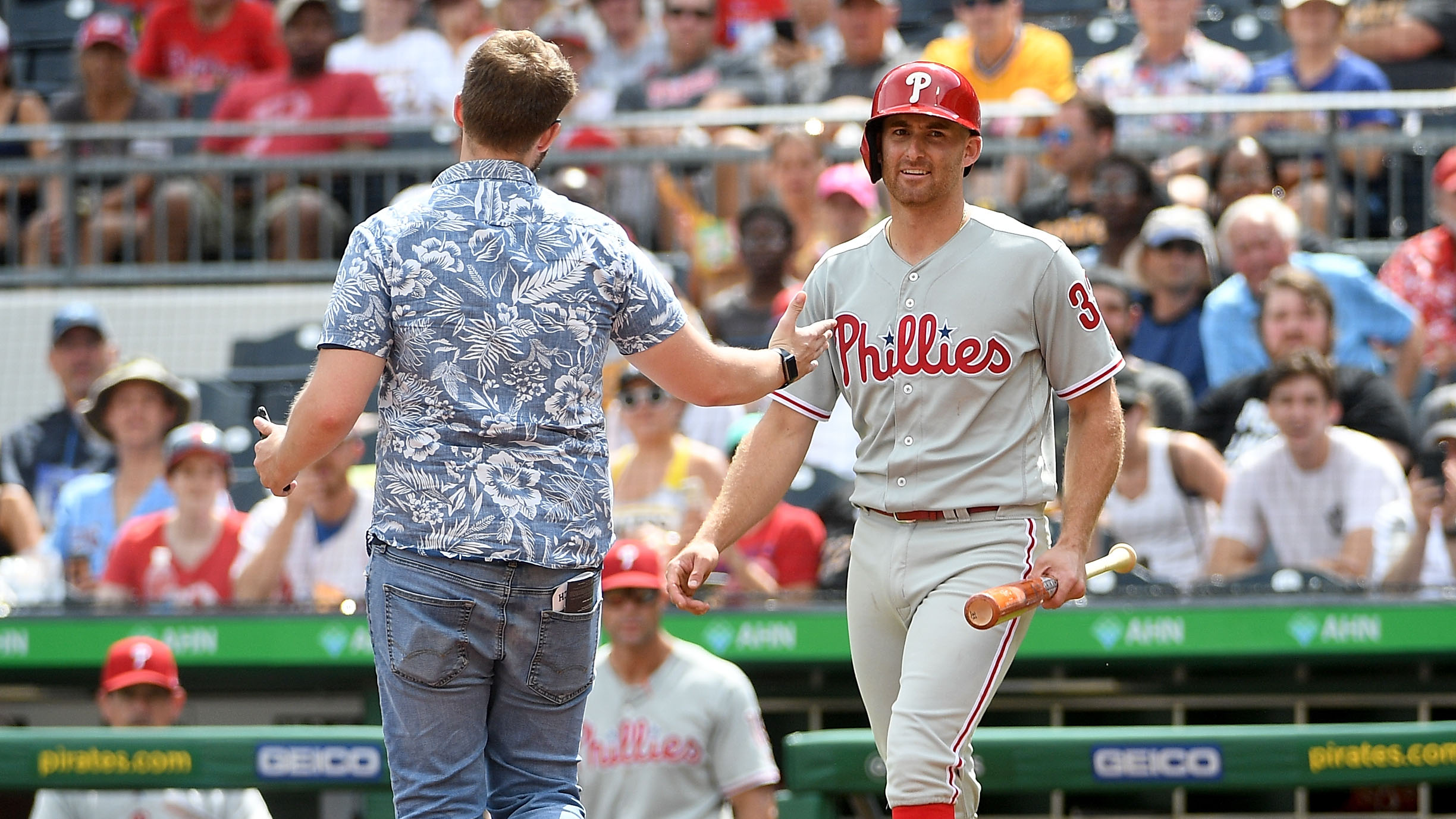 Pirates fan walks on field during game vs Phillies (photos, video)