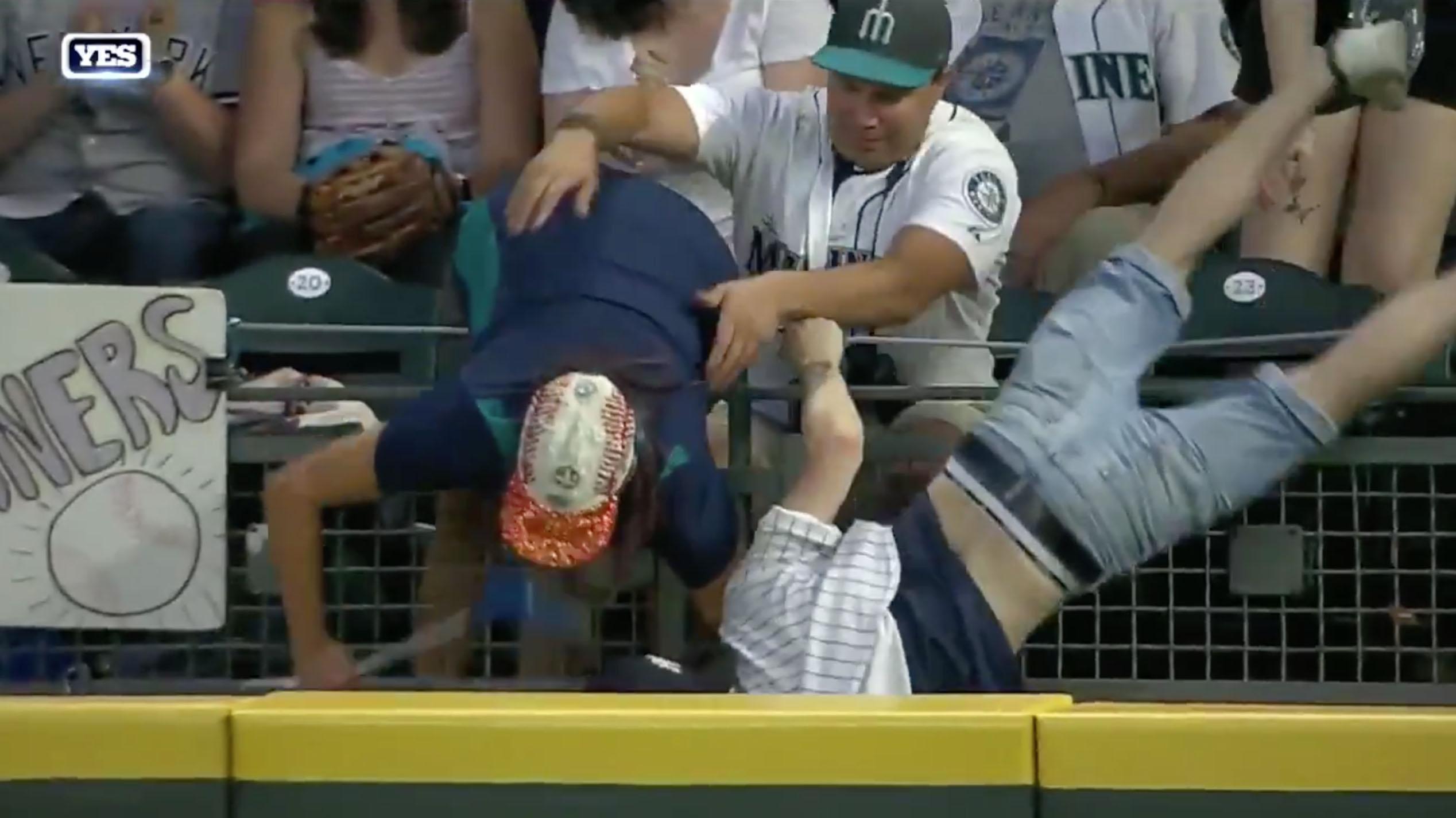 Yankees-Mariners: Fans chase Brett Gardner home run ball (video)